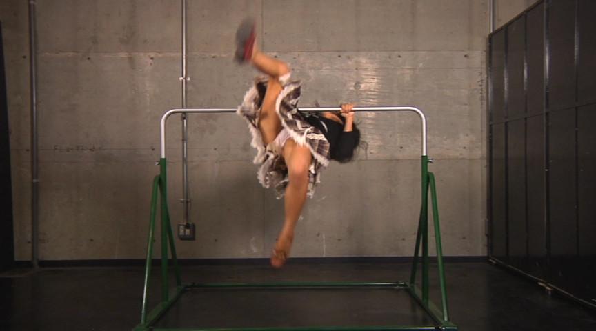 鉄棒で自然に脚が開いてパンツ丸見え!逆上がりに拘ったパンチラ・パンモロフェチ動画!