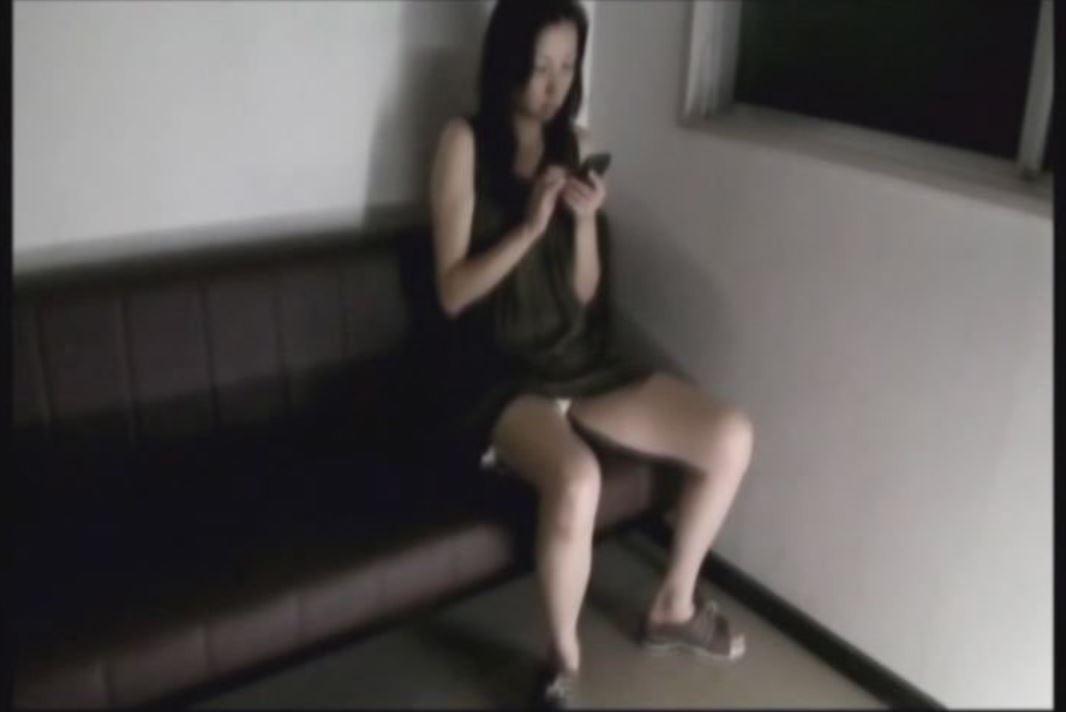 歯科医院の待合室で患者の股間を狙った盗撮風のパンチラ・パンモロフェチ動画!