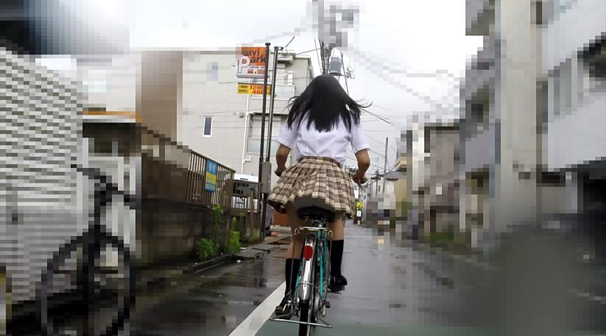 制服JKの自転車の立ち漕ぎパンチラと歩き逆さ撮りパンチラがダブルで楽しめるパンチラフェチ動画!