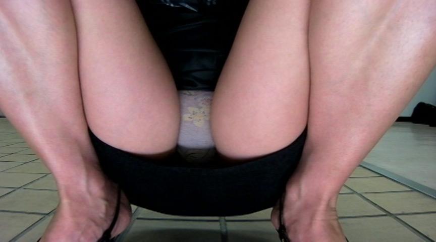 OLさんの股間盗撮!自販機に仕掛けられたカメラが無防備大開脚のパンツを撮影!