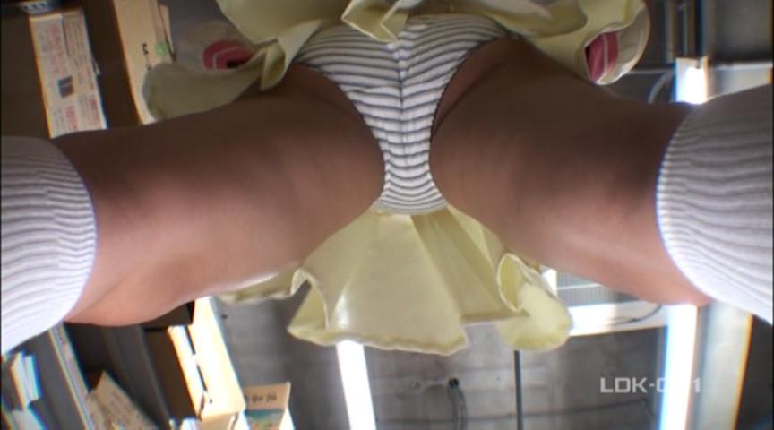 真下から見る股間は卑猥さアップ!コスプレイヤーのスカートの中を真下から覗くパンチラフェチ動画!