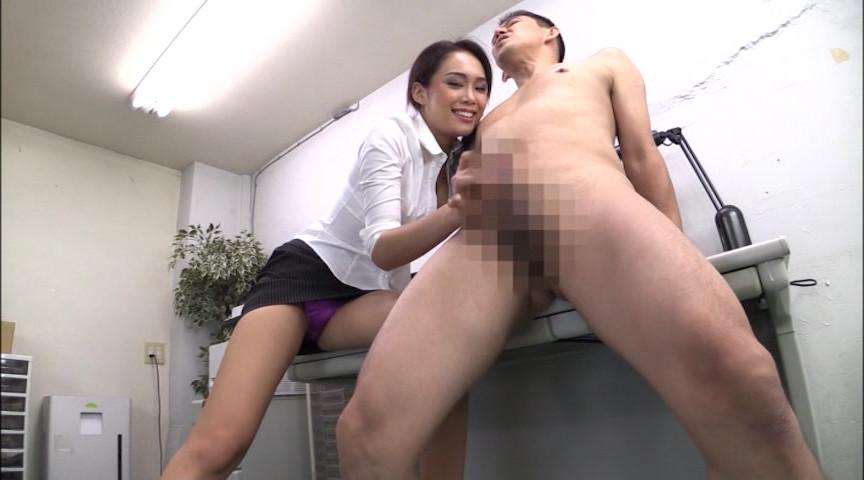 全身からエロいフェロモンをまき散らす藤本紫媛が、美脚超ミニスカパンチラで男を挑発!