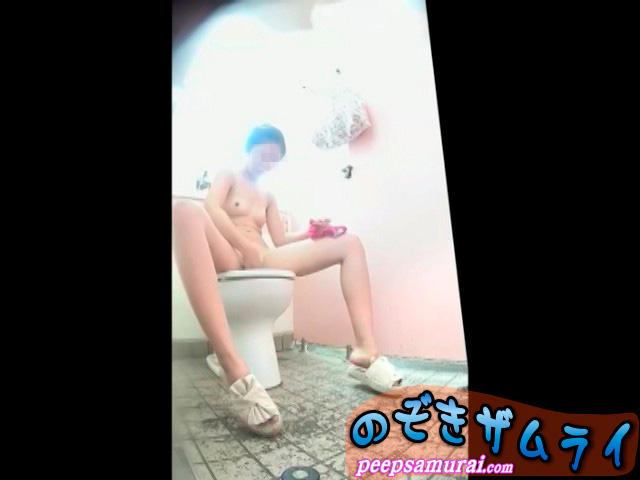 放尿と生着替え!ダブルで興奮のビーチトイレ盗撮動画!